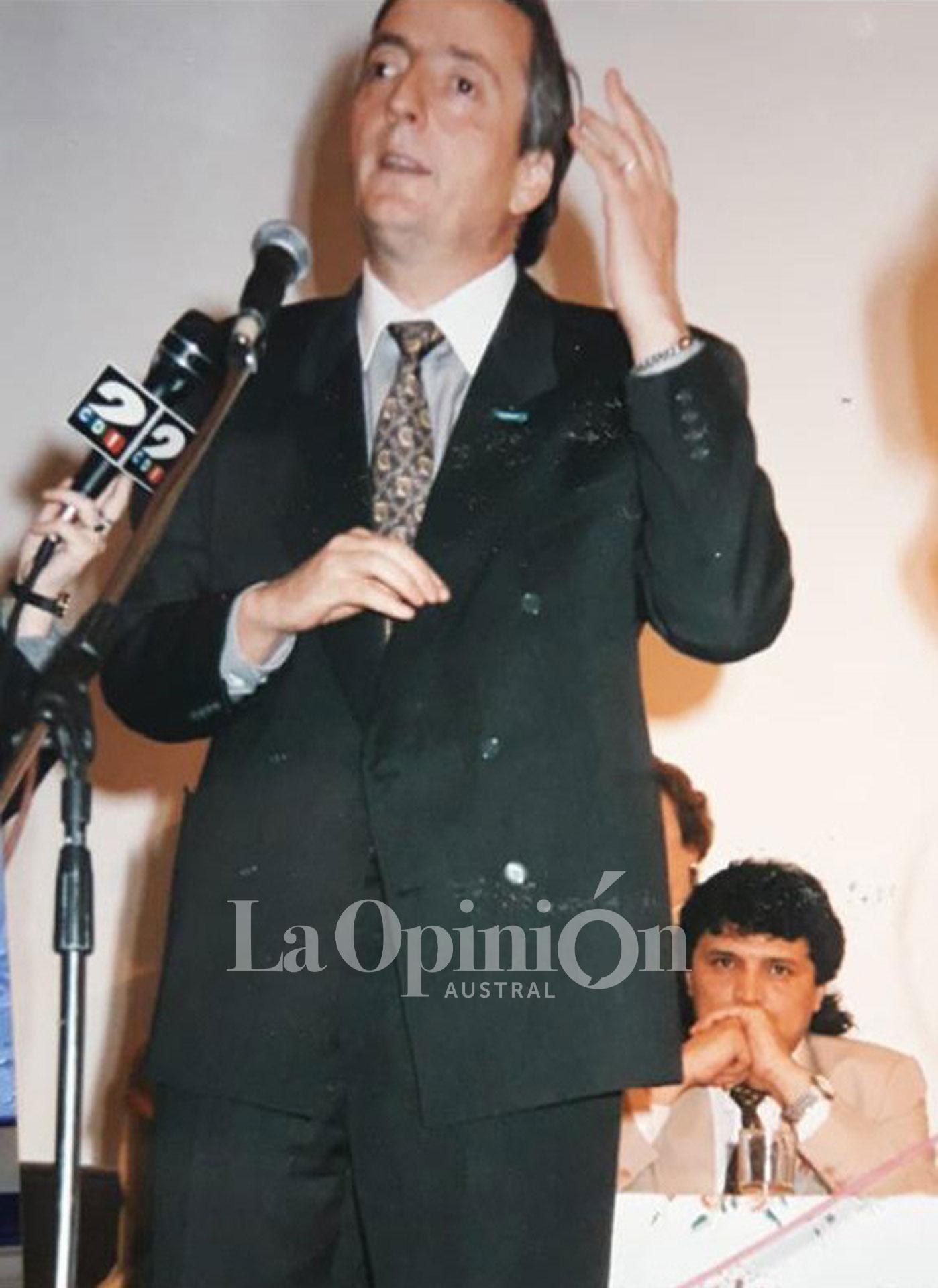 Año 2000. Néstor aún gobernador. Rudy acompaña detrás. Acto en el Centro Cultural del Carmen. FOTO: ARCHIVO LA OPINIÓN AUSTRAL.