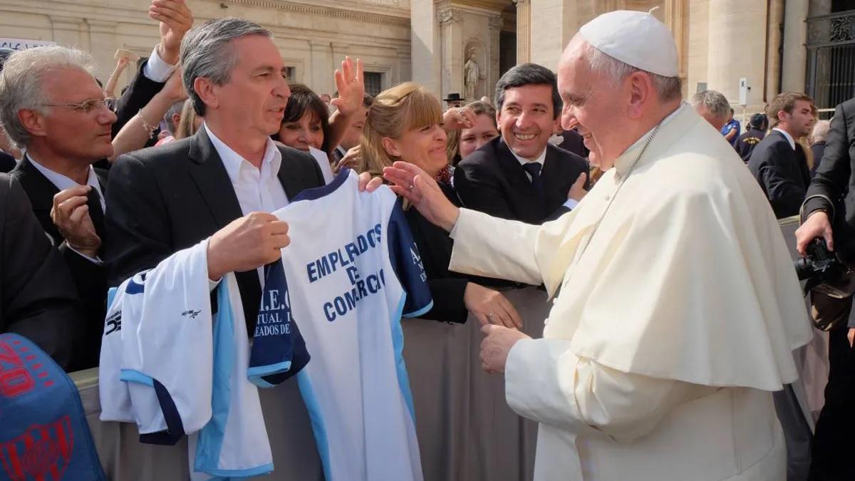 En su visita al Vaticano le regaló una camiseta del club al Papa Francisco. (Foto: Diario Uno)