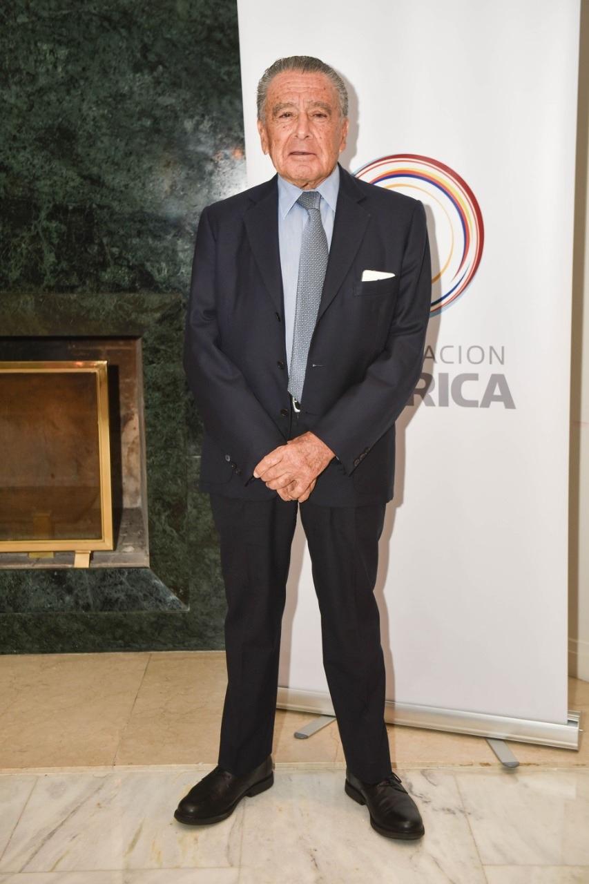 Eduardo Eurnekián se unió a los programas humanitarios y de desarrollo .