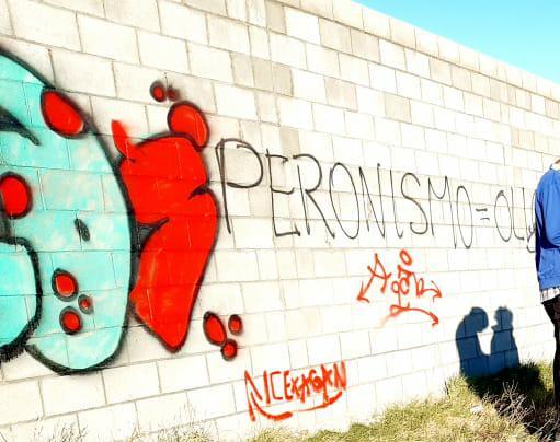 El grafiti realizado por los menores en uno de los paredones del Cementerio.