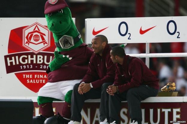 Gunnersaurus junto con Thierry Henry, uno de los ídolos máximos del Arsenal.