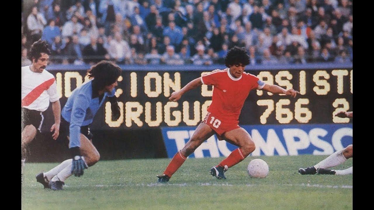 Diego Maradona vistiendo la camiseta de Argentinos Juniors ante River Plate.