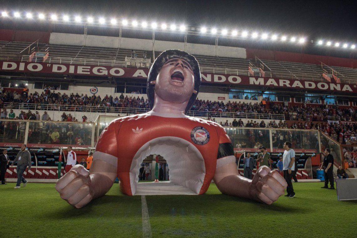 La manga con el rostro, torso y los brazos de Diego Maradona, en el Estadio de Argentinos Juniors.