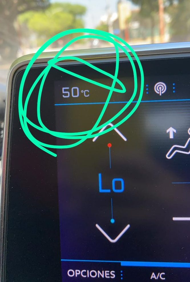 Foto de un usuario de twitter: 50° marca la temperatura dentro del auto.