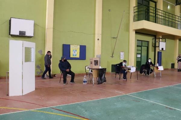 Mesas de votación en la Escuela N° 55 en Río Gallegos. Foto: Mirta Velásquez/La Opinión Austral