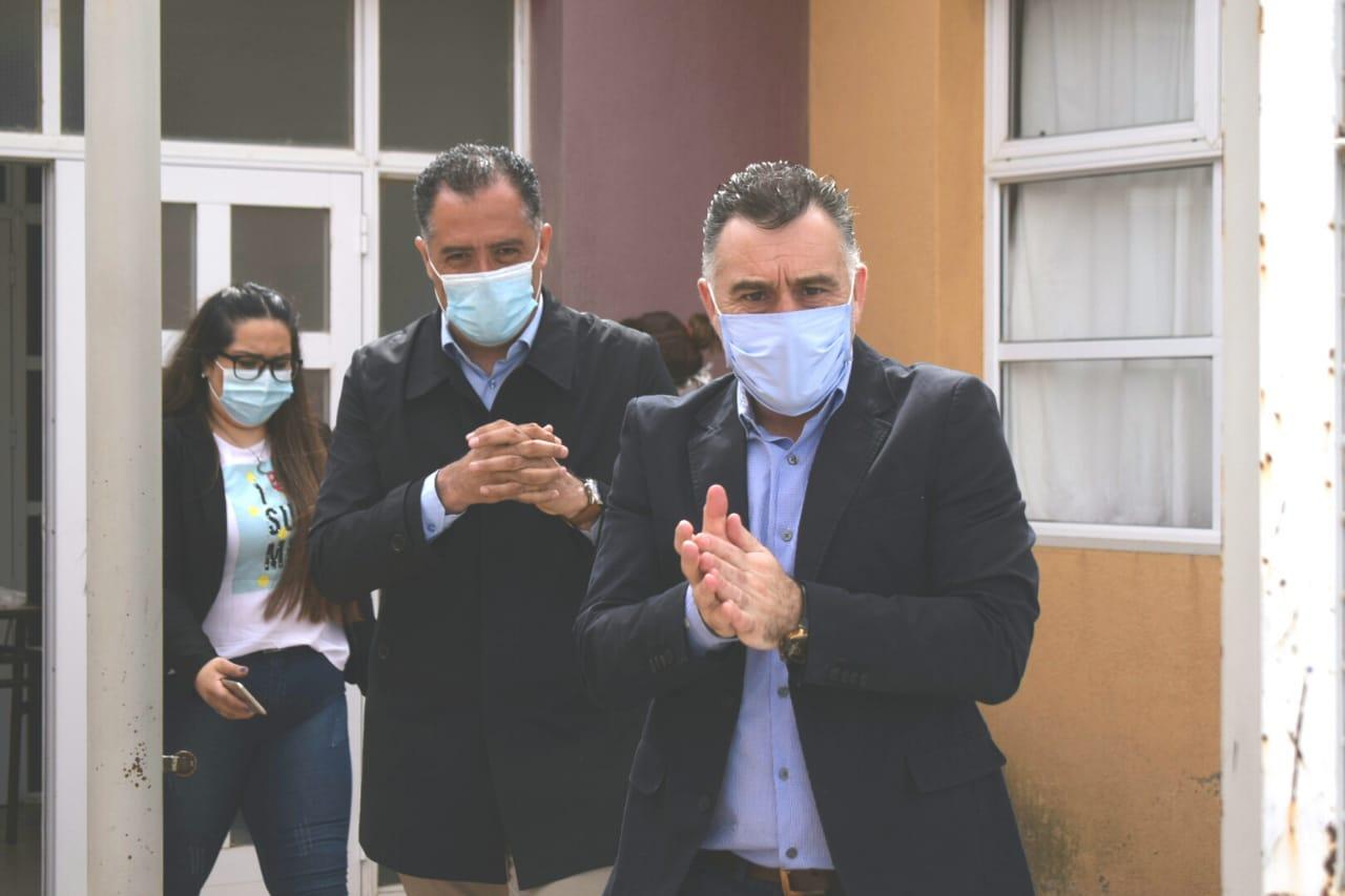 Junto al vicegobernador Eugenio Quiroga, el jefe de Gabinete Leonardo Álvarez, inauguraron el centro de hisopados de Caleta Olivia.