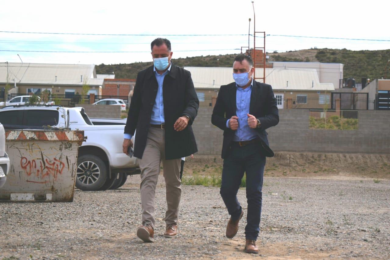 El vicegobernador de Santa Cruz Eugenio Quiroga y el jefe de Gabinete, Leonardo Álvarez, arriban a la escuela 82 del barrio Rotary, de Caleta Olivia.