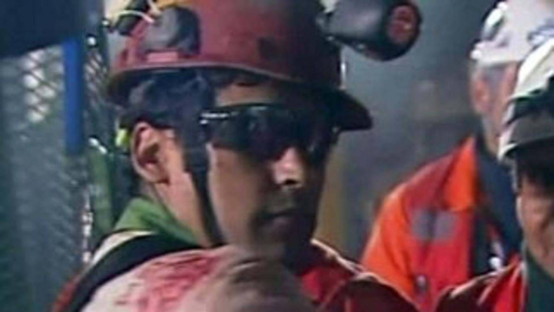 Así lo mostraba la transmisión oficial del rescate al primer minero que se despidió de la mina: Florencio Ávalos.
