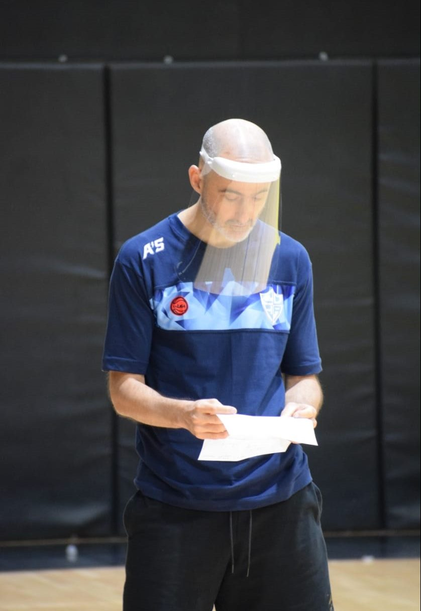 Gabriel Piccato, entrenador del Celeste, observa los apuntes de entrenamiento.