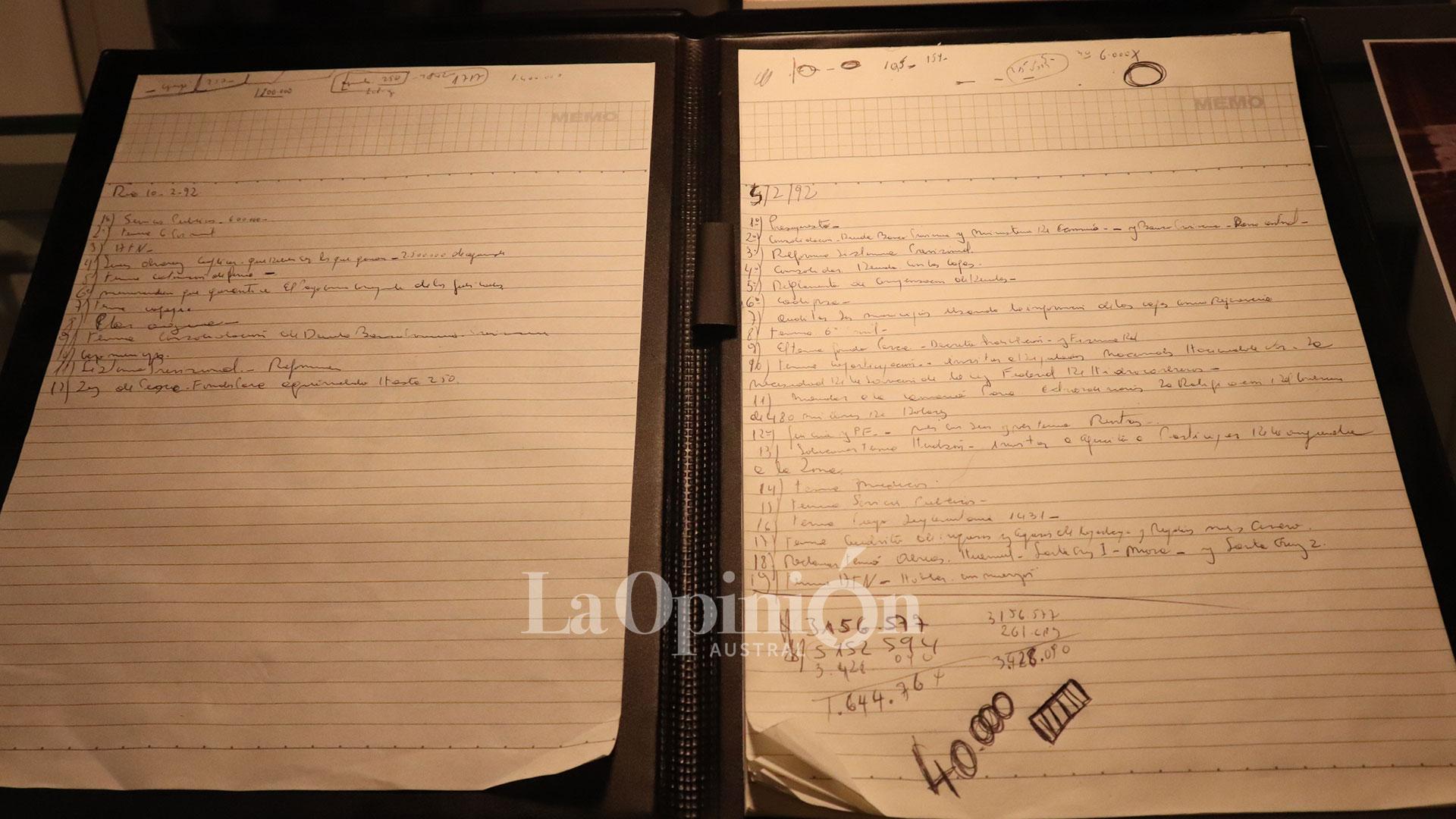 'Estos son los verdaderos cuadernos, no como los de Centeno', dijo Rudy Ulloa. Año 1991. La agenda diaria de Kirchner. Los números del presupuesto, reuniones y asuntos pendientes. FOTO: JOSÉ SILVA / LA OPINIÓN AUSTRAL.