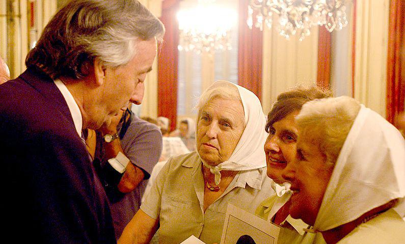 9 de febrero de 2005. Las Madres de Plaza de Mayo, visitaron a Néstor y llevaron las imágenes de sus hijos desaparecidos en dictadura.