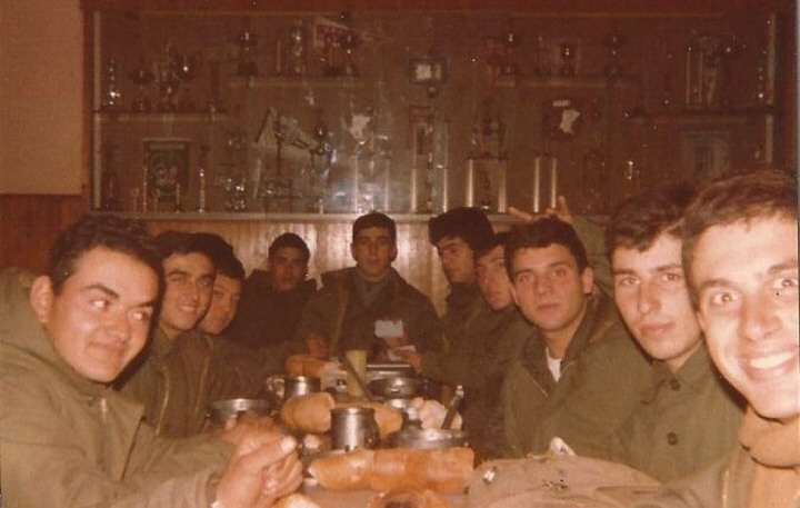 Los soldados de Malvinas comiendo en la sede de Independiente.