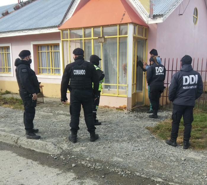 La Policía en uno de los domicilios allanados.