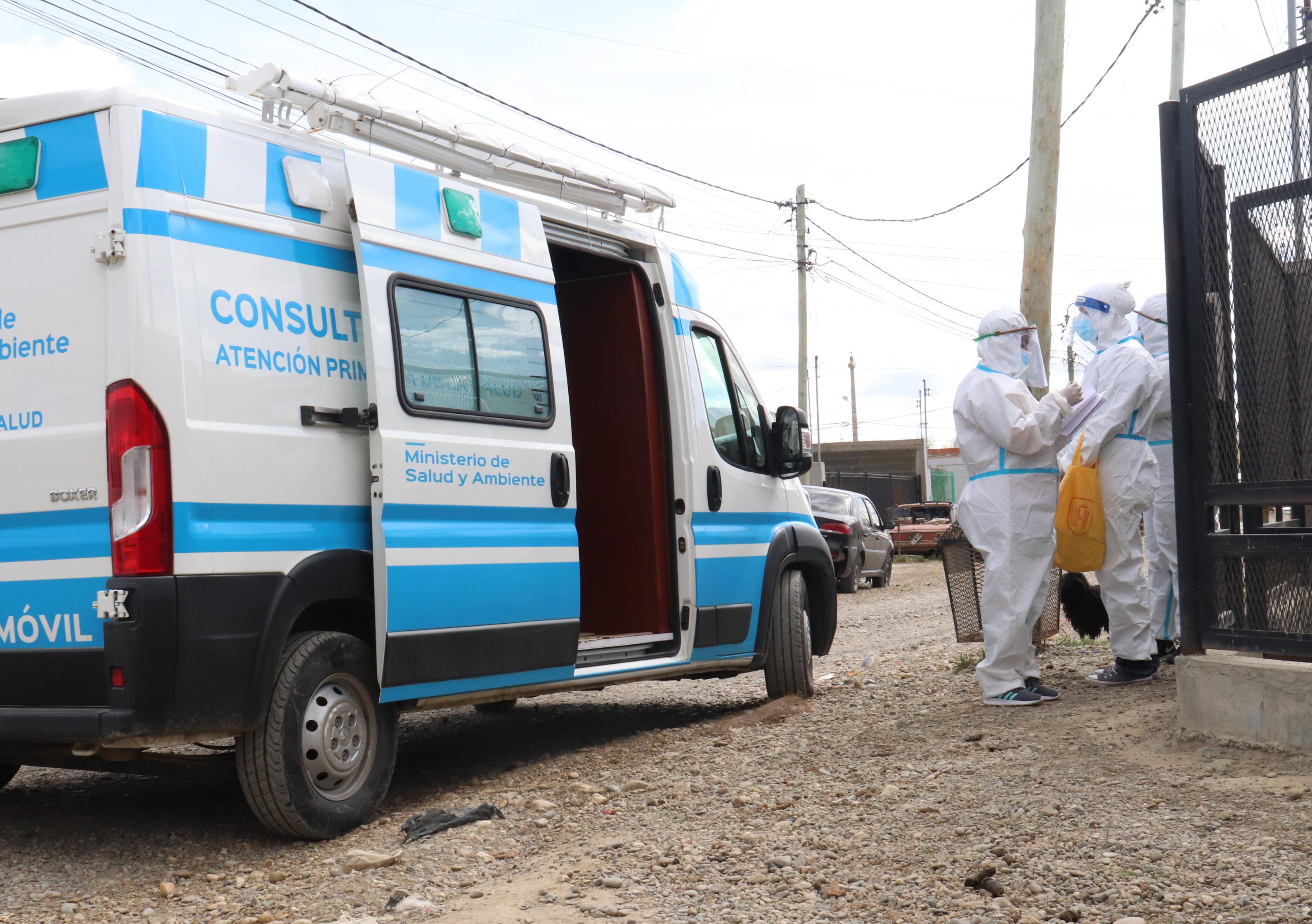 Unos 15 agentes recorren la zona detectando posibles casos. (FOTO: JOSÉ SILVA/LA OPINIÓN AUSTRAL)