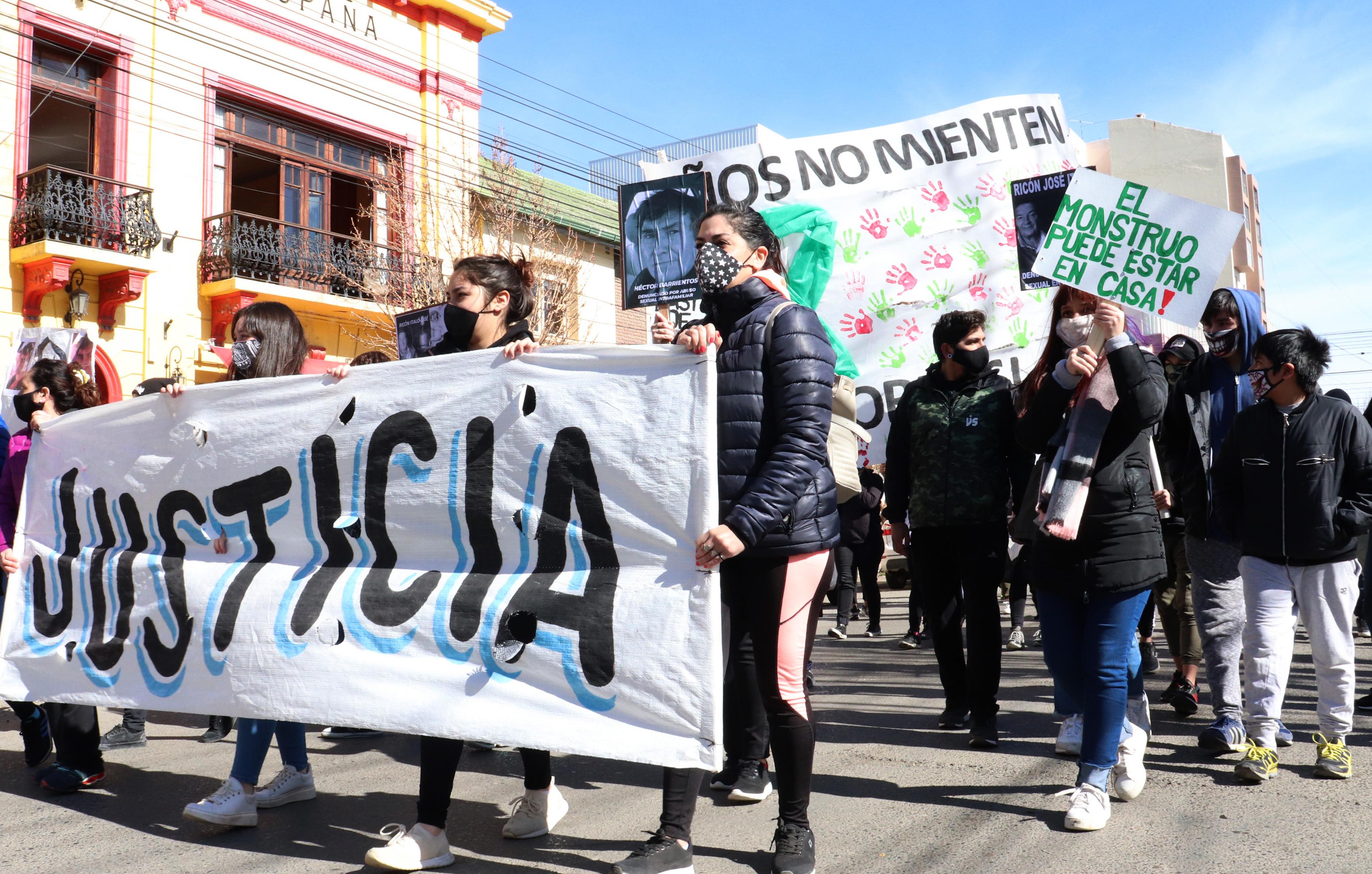 'Justicia', el reclamo unificado de varias familias en pleno centro. (FOTO: JOSÉ SILVA/ LA OPINIÓN AUSTRAL)