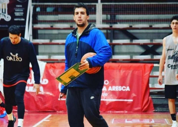 Lugones camina con la pelota bajo el brazo en el club San Isidro (Liga Argentina).