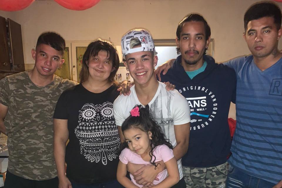 Juan (el de gorra), junto a sus cuatro hermanos y su madre.