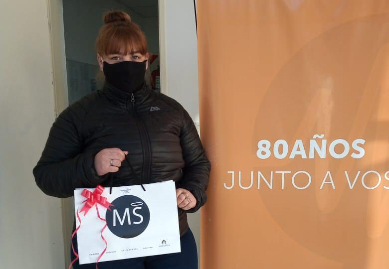 Cintia Alex se llevó el quinto premio sorpresa de la tienda comercial de indumentaria Madonna Santa.