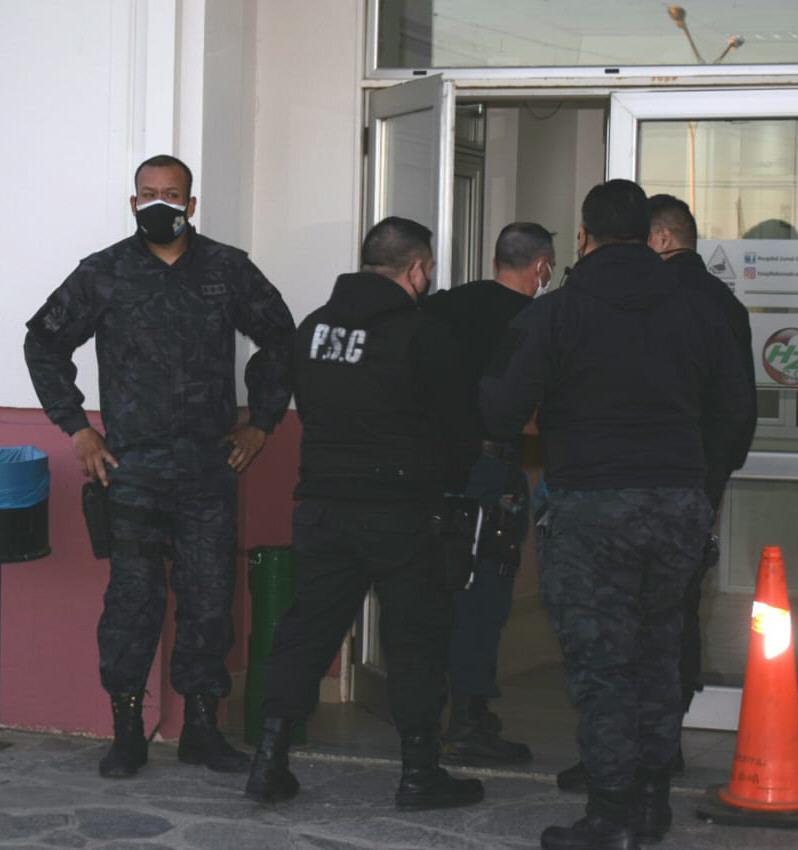 Momento del arribo de la Policía al Hospital Zonal.