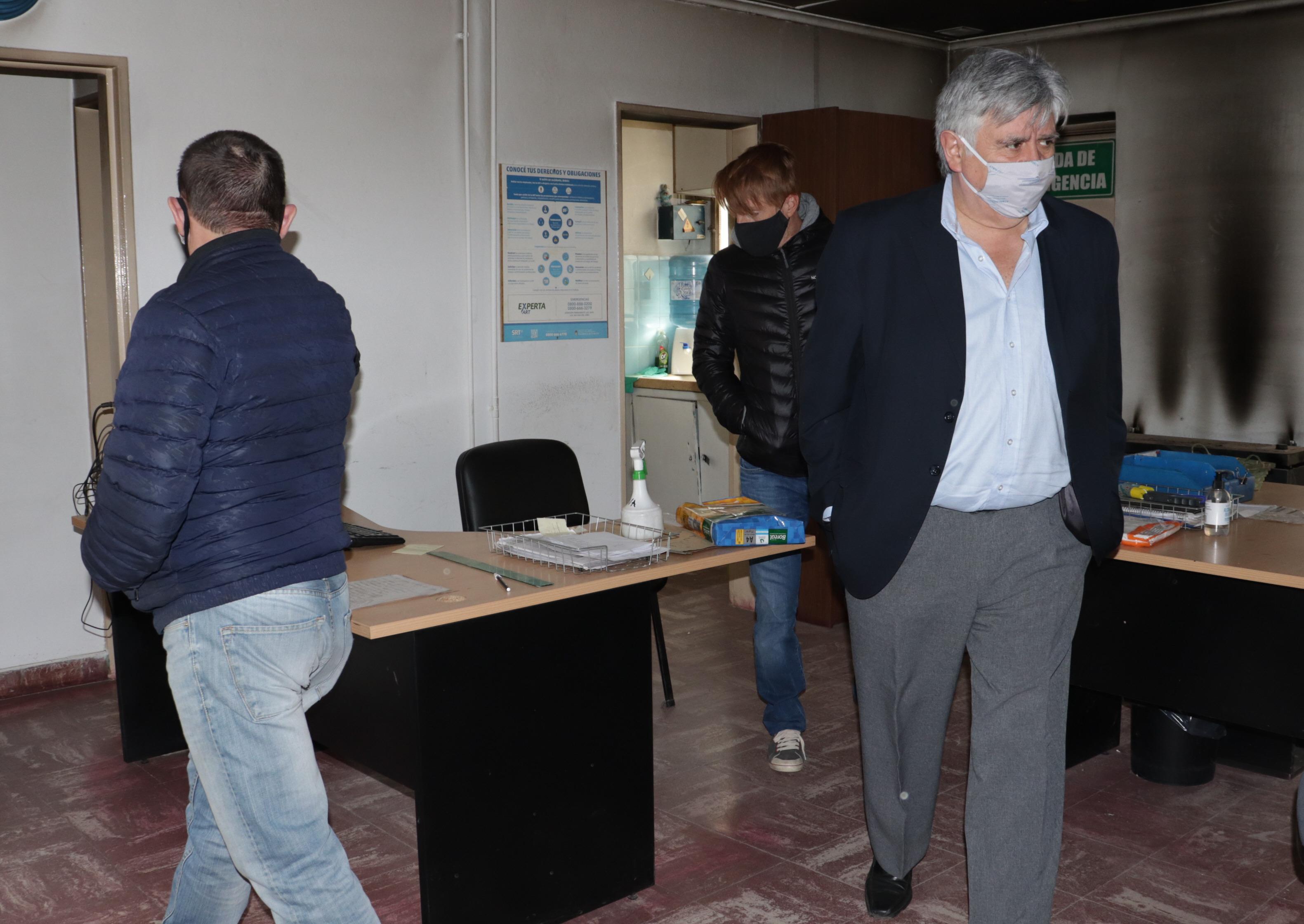 Jorge Cabezas se presentó en Maxia, junto a dos trabajadores, para revisar las unidades. (FOTO JOSÉ SILVA/ LA OPINIÓN AUSTRAL)