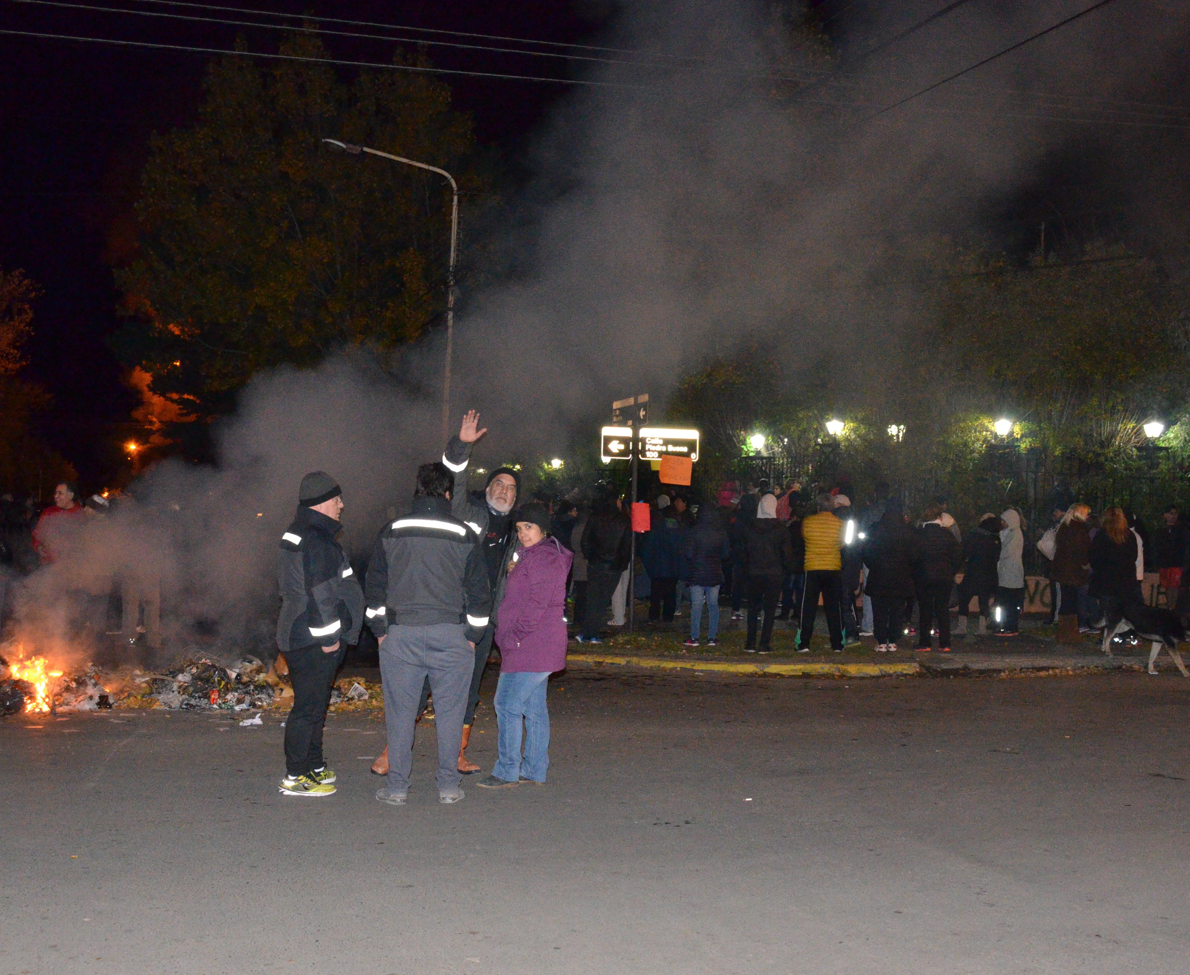La noche del 20 de abril de 2017, la gente se agolpó en el portón.