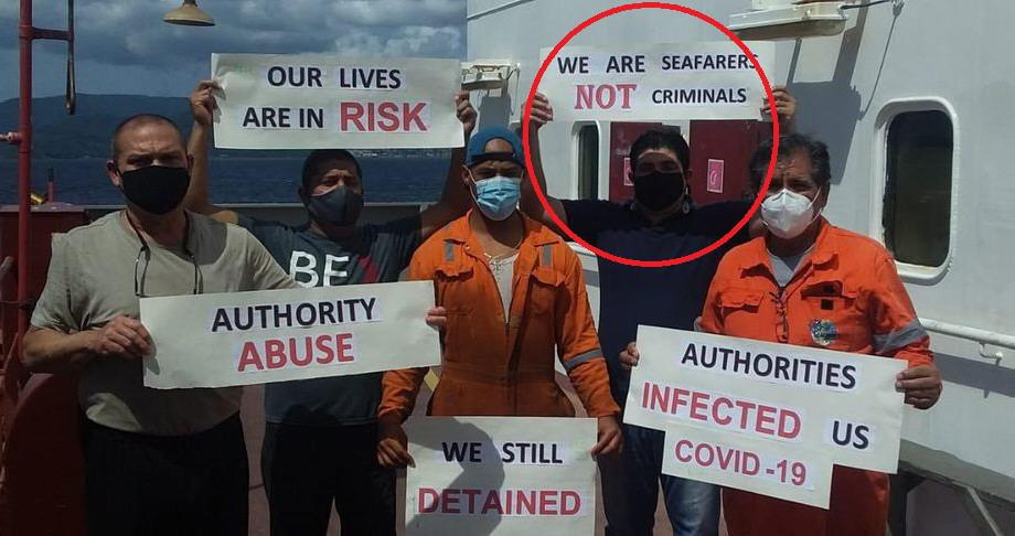 """""""Abuso de autoridad"""", """"nuestras vidas están en riesgo"""", """"las autoridades nos contagiaron COVID-19"""", """"seguimos detenidos, no somos criminales, somos navegantes"""", rezan sus letreros."""