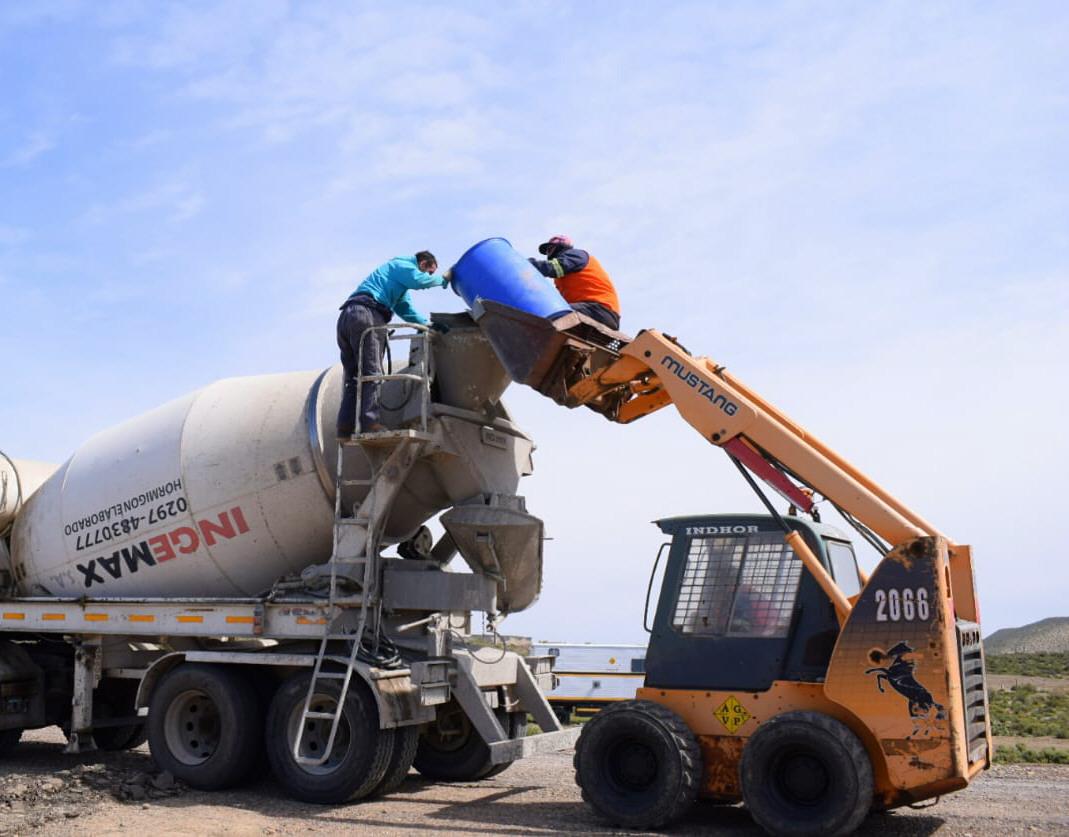 Trajín intenso en la carretera con máquinas hormigonera. Foto: David Capitanelli/La Opinión Zona Norte