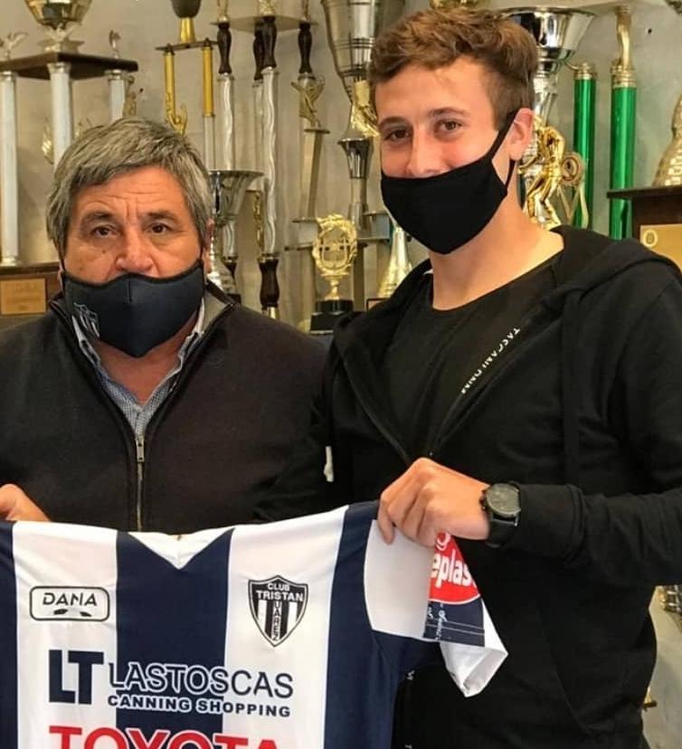 En su arribo al club, Matías posó con Oscar Vergara, presidente del Tristán Suárez.