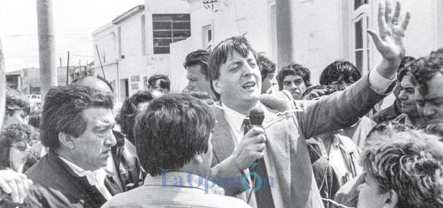 Néstor Kirchner al micrófono durante una protesta gremial. A su lado, Rafael Águllo de APAP.