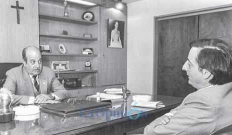 Néstor Kirchner en su primera reunión como intendente con el ex gobernador Ricardo del Val. FOTO: ARCHIVO LA OPINIÓN AUSTRAL.