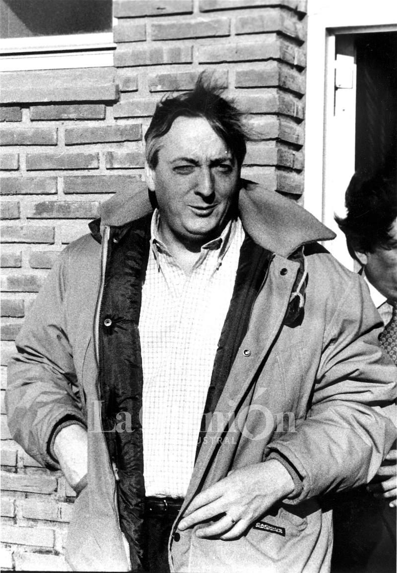 Néstor Kirchner salía de una vivienda con la campera que lo caracterizó durante una época. FOTO: ARCHIVO LA OPINIÓN AUSTRAL.