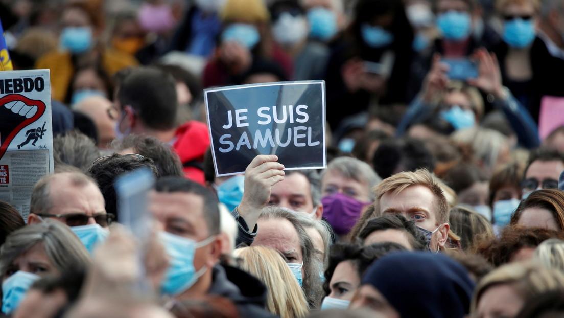 Multitud reunida en la Plaza de la República de París para rendir homenaje a Samuel Paty, el 18 de octubre de 2020. FOTO: CHARLES PLATIAU/REUTERS