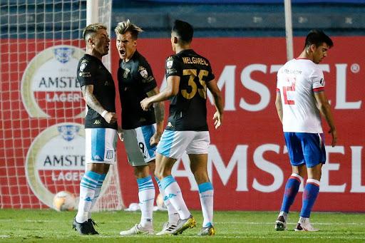 Con goles de Reniero y el juvenil Héctor Fértoli, Racing consiguió el pase a octavos tras vencer a Nacional 2 a 1.