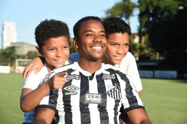 Robinho, hace siete días, junto a sus hijos el día de su regreso al Santos.