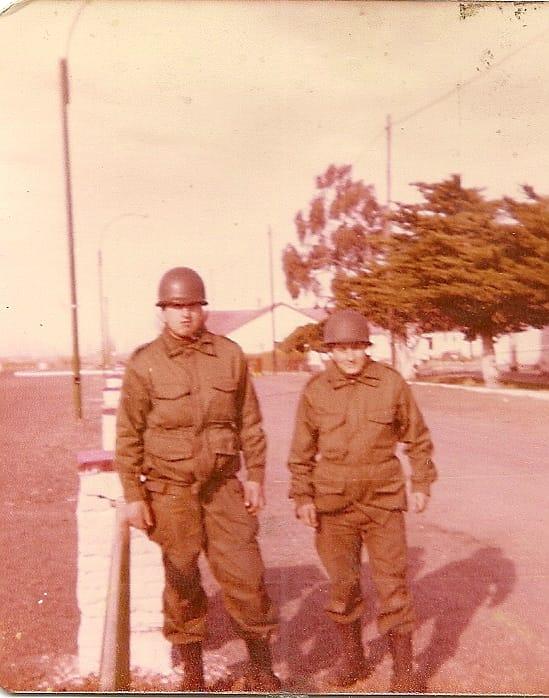 Sergio Martín y Horacio Rodríguez, al regresar de la guerra en el R8.