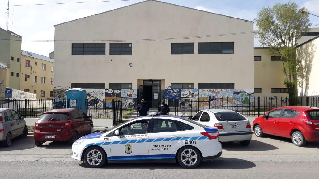 Efectivos de la Policía de Santa Cruz custodian la Escuela 55, ubicada sobre la avenida Perón