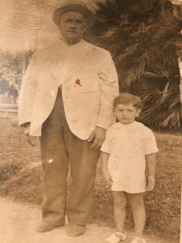 Alfredo con su abuelo Justo.