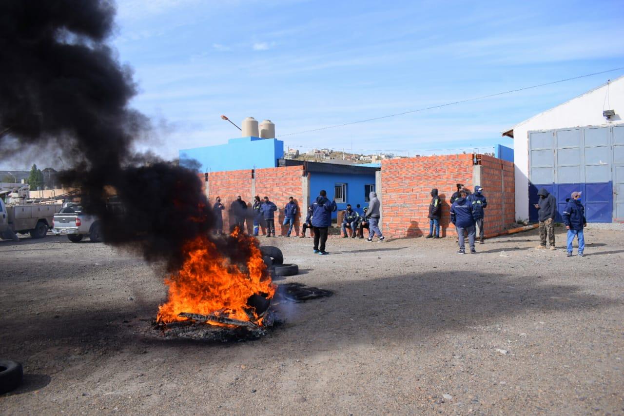 Desde temprano los trabajadores reclamaron, frente a las oficinas de SPSE en Caleta Olivia, reclamando cobrar. FOTOS: DAVID CAPITANELLI/LA OPINIÓN ZONA NORTE