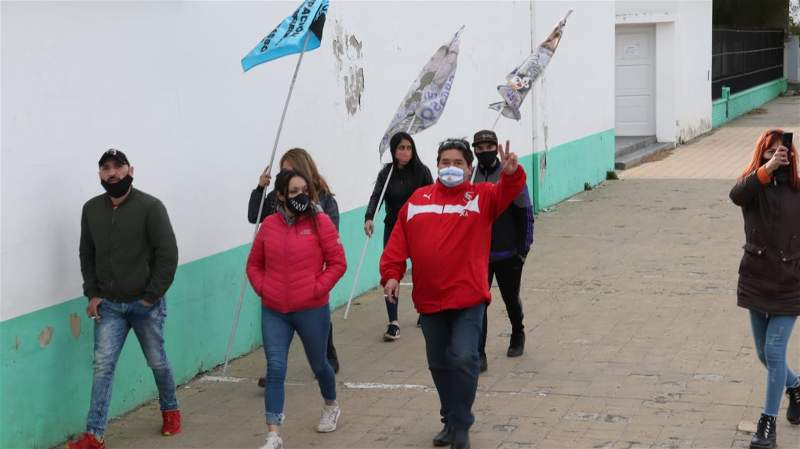 Militantes de todos los sectores barriales acudieron al mausoleo de Río Gallegos. (FOTO: JOSÉ SILVA / LA OPINIÓN AUSTRAL.)