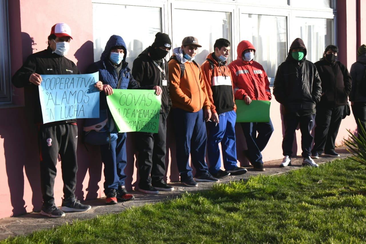 La protesta con carteles se realizó en las afueras del Hospital Zonal. Foto: David Capitanelli.