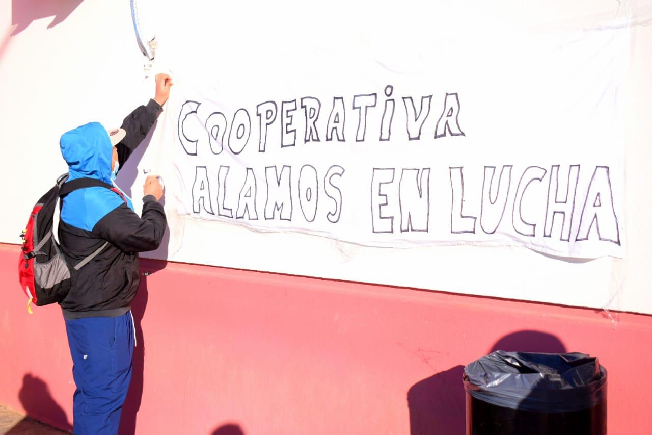 Desde temprano, este viernes, la cooperativa de limpieza protesta por 'pago de haberes'.