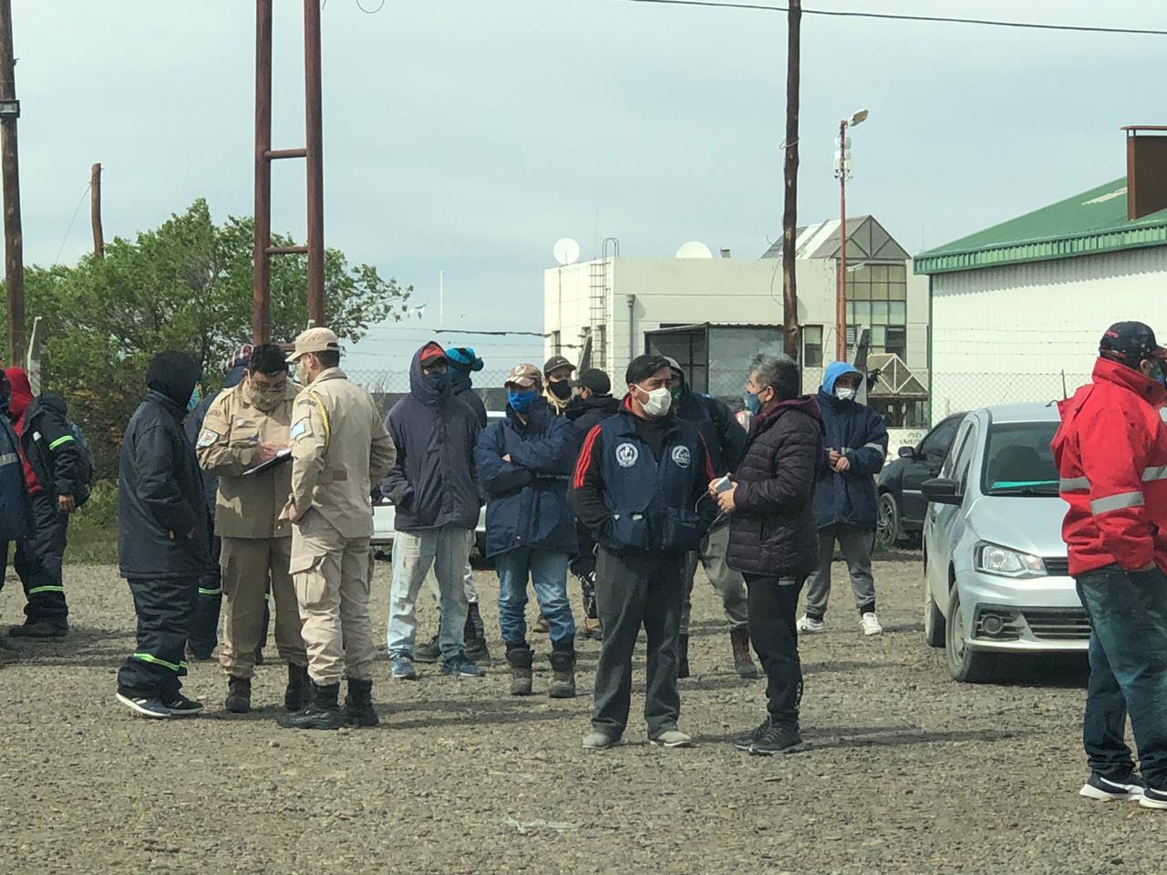 Estibadores dialogan con Prefectura Naval. Foto: La Opinión Zona Norte.