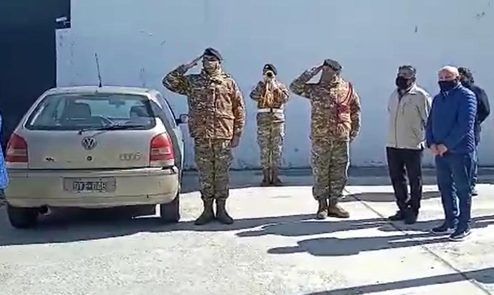 Personal militar lo despidió con una fanfarria.