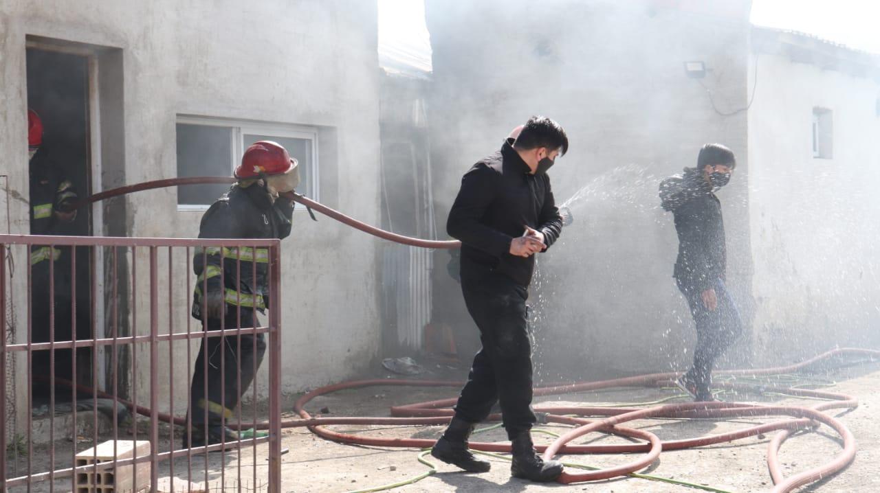 Las viviendas quedaron seriamente comprometidas por el daño que provocó el fuego. (FOTO JOSÉ SILVA/ LA OPINIÓN AUSTRAL)