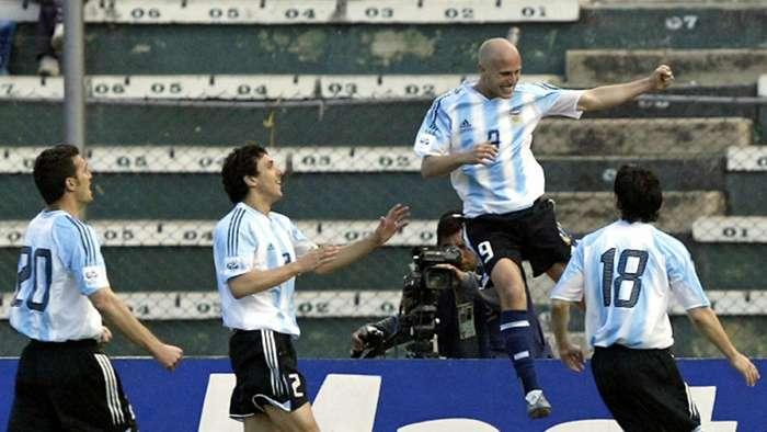 Gol de Luciano Figueroa. Acompañado por Nicolás Burdisso, Lionel Scaloni y Lionel Messi.