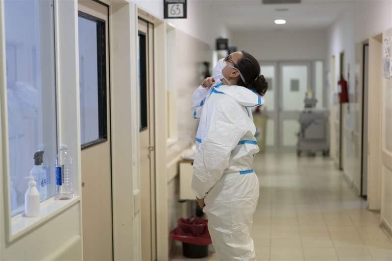 La médico residente María del Rocio Barragán colocándose un traje de bioseguridad proveniente de China, en el Hospital Zonal General de Agudos Dr. Alberto Antranik Eurnekian, en la ciudad Ezeiza, Argentina. (Xinhua/Martín Zabala)