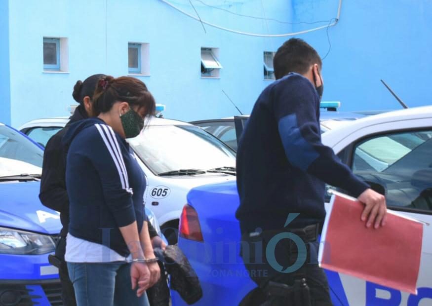 Esposada y con barbijo, Margarita Ainqueo, es retirada de la Comisaría Cuarta de Caleta Olivia. FOTO: DAVID CAPITANELLI / LA OPINIÓN ZONA NORTE.
