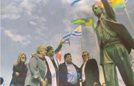 Romina Ulloa, Omnia Igor, Padre Sergio Soto, Rudy Ulloa y 'Tito' Quiñones / 2011. Rudy encargó una escultura de tamaño natural que está en el barrio del Carmen para el primer aniversario de la muerte de Néstor Kirchner. FOTO: ARCHIVO LA OPINIÓN AUSTRAL.