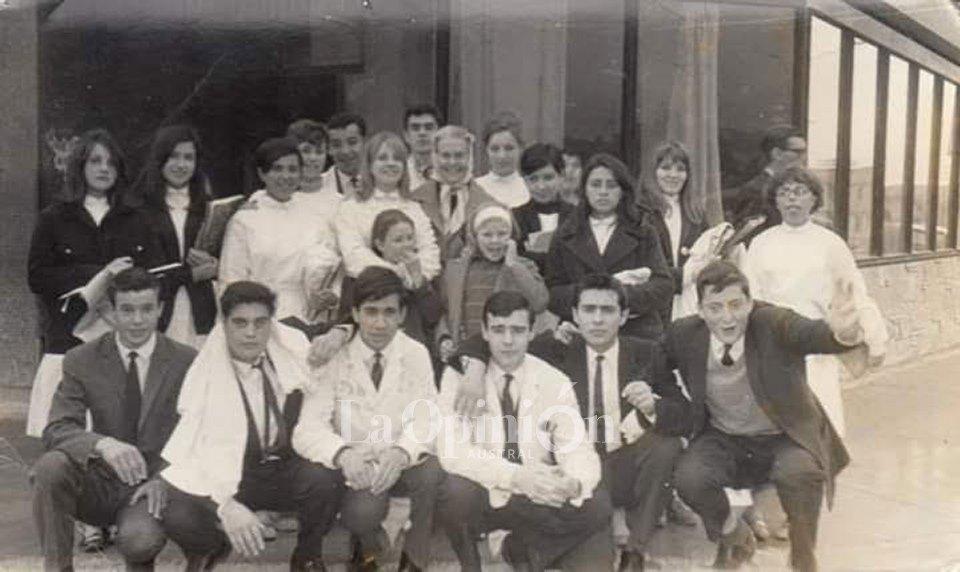 1963. El curso completo en su último año del Colegio Nacional en una recorrida por la ciudad. FOTO ARCHIVO LA OPINIÓN AUSTRAL.