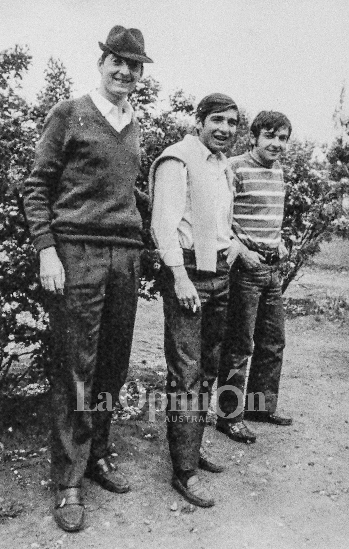 Tres pares de mocasines. Néstor con sombrero y Pepe Salvini con pulóver en los hombros, junto a un amigo, en La Plata.